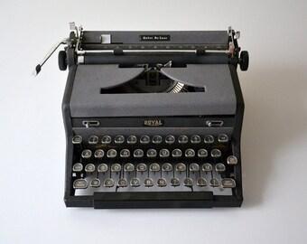 ROYAL Quiet De Luxe vintage Typewriter / made in USA 1940s / Henry Dreyfuss / Ernest Hemingway