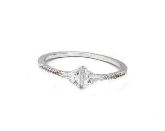 Fashion simple silver crystal ring