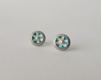 Earrings with floral décor in sterling silver and enamel