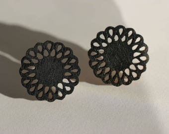 Daisy Stud Earrings (black)