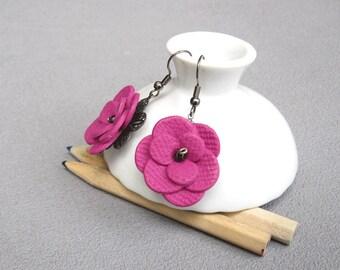 Boucles d'oreilles fleurs rose fuchsia posées sur une estampe en métal, boucles d'oreilles baroques romantiques, fleur en relief pâte fimo