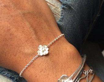 Buttercup bracelet with a single flower