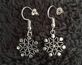 Silver plated snowflakes drop dangle earrings. Christmas jewellery. Xmas accessories. Stocking fillers.