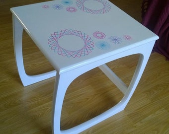 Retrograph nest of 3 white tables