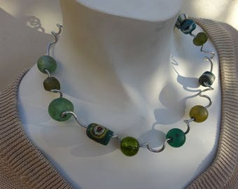 Contemporary necklace thread of aluminum twisted, green glass beads