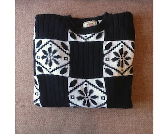 Vintage black & white snowflake sweater / oversized winter Nordic sweater