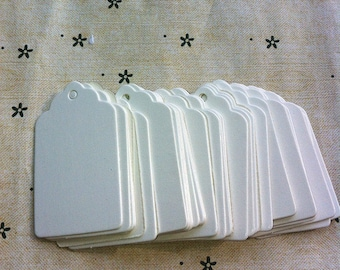 Small white kraft tags in scallop shape / cardboard gift tags in set of 50
