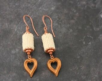 Perles Perles Vintage coeur en cuivre et perles Boucles d'oreilles, fait à la main.