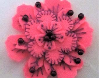 Broche fleur rose en feutrine laine fabriqués à la main avec broderie éco friendly bijoux festival décoratif floral nature inspiré cadeau unique OOAK