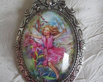 """Broche en métal argenté  """"Une Elfe des fleurs rose"""""""