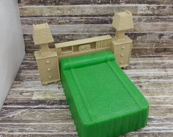 Marx  Bed  Contemporary Doll House Toy Plastic Furniture tan hard plastic Green  MCM