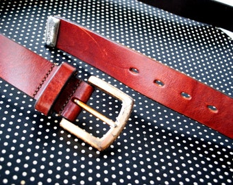 Military style vintage 90s chestnut brown , genuine leather , heavy belt with a brass buckle. Made by Timberland.Size Large.