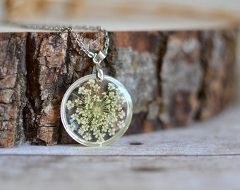 Pressed flower necklace White Queen Anne's Lace Mothers day jewelry Mothers day necklace Nature inspired Gift under 35 Mom gift