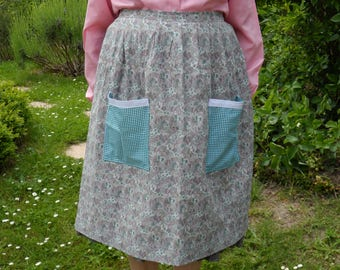 Apron, cotton, with one or two pockets.