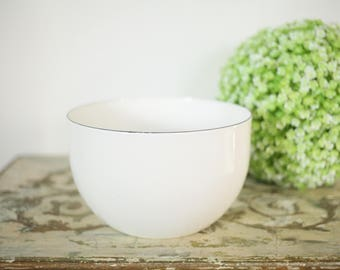 Beautiful White Finel Enamel Bowl // Vintage // Retro // Antique // MCM // Mid Century Modern // Shiny // Decor // Kitchen // Mixing Bowl //