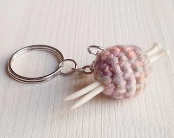 Schlüsselanhänger/Taschenbaumler: kleiner Wollknäuel mit Miniatur-Stricknadeln
