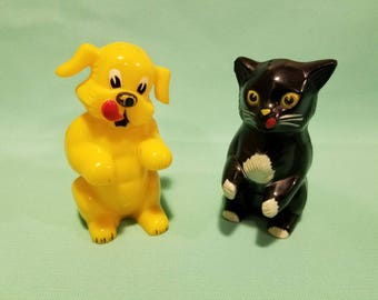 Great, vintage 50's, plastic, F&F, yellow dog and black cat, salt and pepper shaker set!