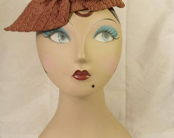 1930s Jean Allen Cocoa Straw Round Front Peaked Back Toque Cloche Hat with Large Bows Detail and Original Pearl Hat Pin