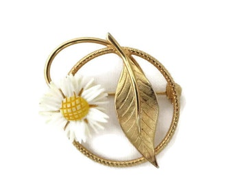 Daisy Circle Pin, Vintage Lucite Flower and Gold Tone Leaf Circle Brooch
