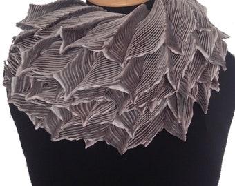 Shibori pleated silk feather collar - Sandstone