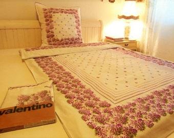 Bettwäsche VALENTINO Design weiß lila Veilchen Blumen Dekor Rüschen Kopfkissen romantisch Bett Dekoration
