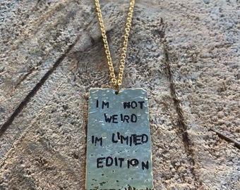 BFF cadeau meilleur ami Collier pendentif estampé bijoux autre demi «Im n'est pas bizarre Im Limited Edition» plaqué or 18k Dogtag martelé collier