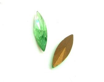 Lot 2 faceted Navettes Vintage Peridot green Swarovski Crystal - 15 * 4 mm