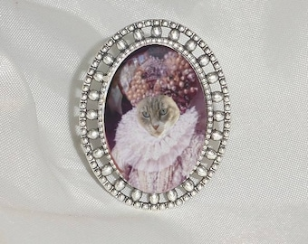 ring with cat: cat in Elizabethan costume