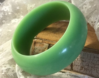 Trendige Sammlerstück Jadeit grün gefärbte Lucite breit Armreif Armband unsigniert 1950 1960 konvex außen flach innen stapelbar Feminine Frau