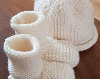 New born baby gift. Knotted beanie and bootees