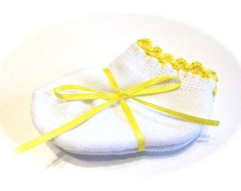 Kleinkind Mädchen Socken mit leuchtend gelben gehäkelt Muschel Stich-Größe 0-6 Monate