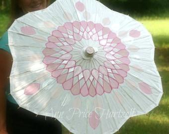 Fleur en forme de parasol - modèle de cristal rose sur fond blanc
