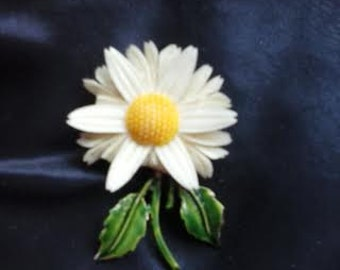 Vintage Lucite White Daisy Brooch Pin