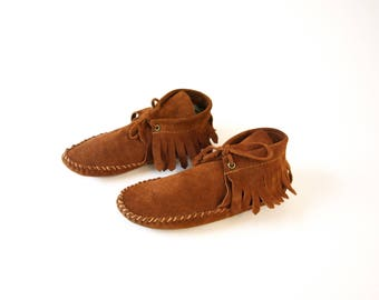 Vintage brown suede leather 70s Moccasins ankle boots shoes womens size 5 boys girls youth kids size 3 native American costume hippie boho
