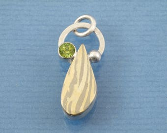 Mokumé Gane drobs - 585 Gold 500 palladium and 925 silver with a green peridot - a unique pendant