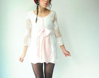 SELTENE 60 Altweiß häkeln Spitze Mini Kleid / große rosa Schleife / schiere Ärmel / Blume Detail