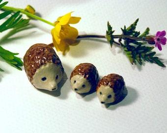 Jouets de hérisson, créatures des bois, hérissons miniature, jardin féerique, minis sculptures, hérissons en céramique, ensemble de 3, petits jouets, bébé hérisson