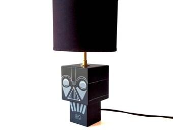 """Petite Lampe cubique en bois """"Dark"""" Abat-jour noir douille laiton - peinte à la main"""