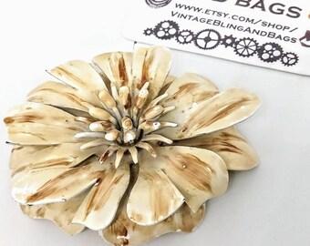 58x50mm Vintage cream enamel pin, Vintage brooch, vintage pin, cream flower pin, cream enamel flower pin, flower brooch, beige enamel pin