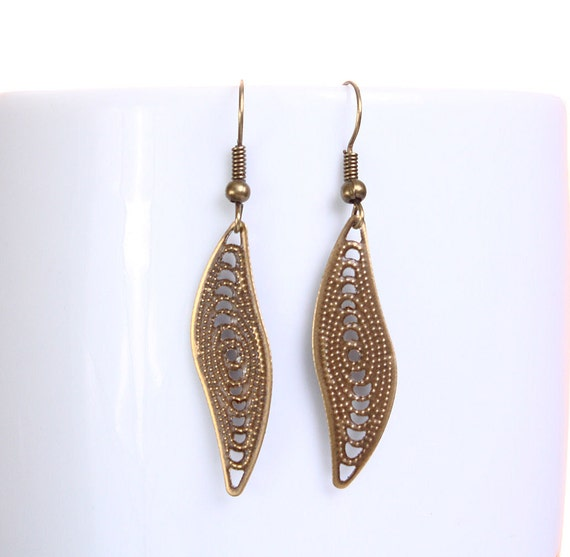 Sale Clearance 20% OFF - Petite antique brass leaf dangle earrings (631)