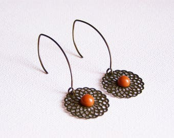 Print filigreed in brass and camel cabochon earrings