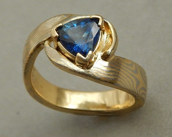 18 kt yellow gold and 950 palladium Mokume ring set with 1.02 ct trillion sapphire