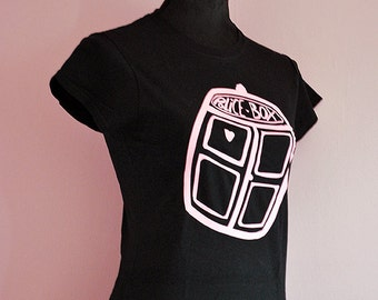 Pink tardis print girly dr who T-shirt - cute doctor who gift for whovian - geeky sci-fi girl nerdy clothing police box