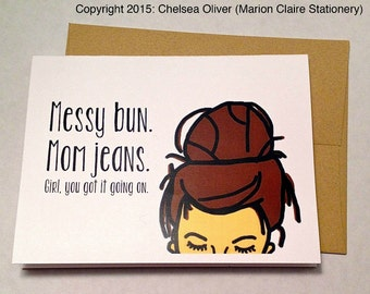 Drôle la fête des mères carte - nouvelle carte mère - Messy Bun & Mom Jeans