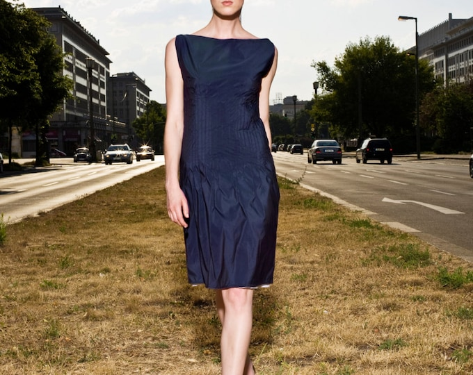 Silkdress in knee-length with fancy pleats, colored in different blue