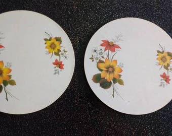 Vintage set of 2 circular 1980s Pyrex melamine covered casserole stands depicting flowers. Kitchenalia.