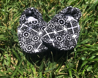 Minimalistic designed baby booties, black abd white baby booties , Black and white baby shoes 400157754557