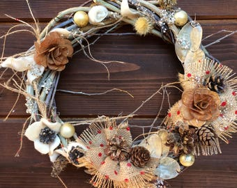 Delicate garland braided by hand, with cones and various details, hand painted. Only