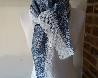 Triangle shawl with lace