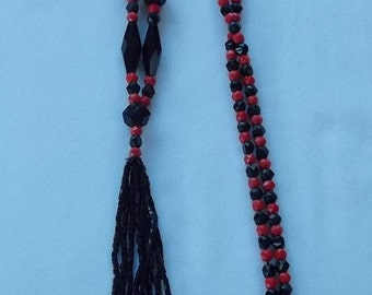 Vintage Black and Red Glass Beaded Necklace.  (441)